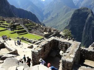 800px-Machu_Picchu_LB09